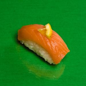 Суши с копченой форелью
